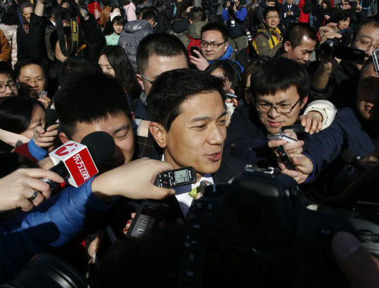 Baidu Inc. Chairman and Chief Executive Robin Li is surrounded by the media as he arrives to attend the opening session of the Chinese People's Political Consultative Conference (CPPCC), Beijing March 3, 2015. [Photo/Agencies]