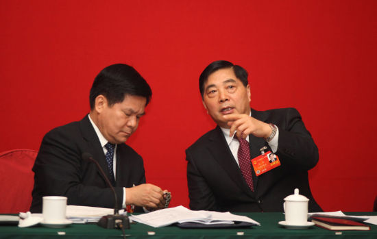 Photo shows Qiu He (R) talked with Li Jiheng, Party Chief of Yunnan province in Beijing on March 9, 2014.