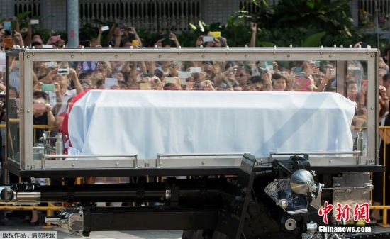 Lee Kuan Yew's coffin traveled on a ceremonial gun carriage a short distance from the presidential palace to Parliament