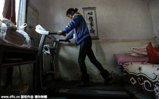 Zhu walks on a treadmill for 10 minutes at a speed of 1.6km/h at home everyday in order to train her body. [Photo/IC]