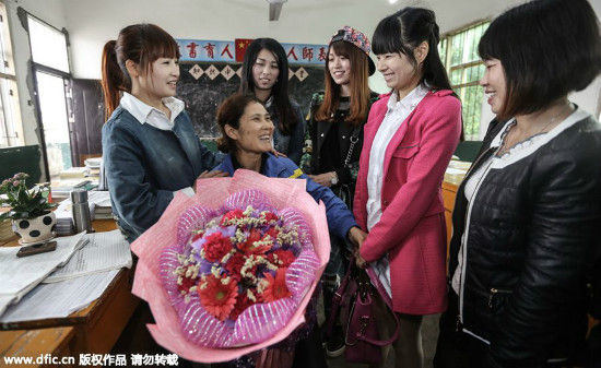 After her illness was reported in the media, many of her former students came back to school to visit her. [Photo/IC]