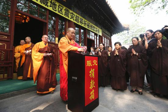 The Buddhist Association of China holds an assembly in Beijing to pray and raise funds for quake-hit Nepal and China's Tibet autonomous region. WANG JING / CHINA DAILY