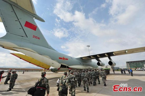 An Ilyushin Il-76 aircraft of the People's Liberation Army (PLA) Air Force, carrying rescue crews and equipment to help in the aftermath of the earthquake in Nepal, prepares for take-off at an airport. PLA Air Force spokesman Shen Jinke says China will send four Ilyushin Il-76 aircraft to aid rescue efforts in Nepal. Soldiers chosen for the mission have overseas rescue experience, says Shen. (Photo: China News Service/Zhang Hengping)