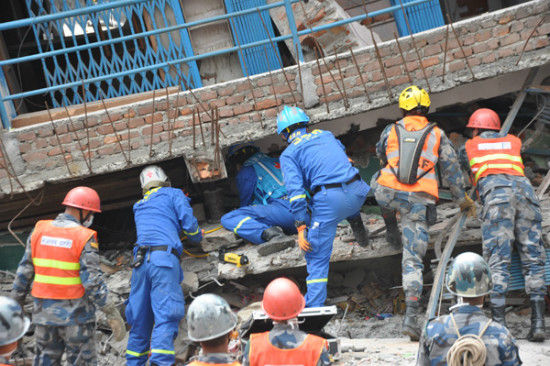 Rescuers from China's Blue Sky Search & Rescue team and local militants search for survivors at an earthquake site in Katmandu of Nepal April 28, 2015. [Photo by Zhao Yanrong/chinadaily.com.cn]