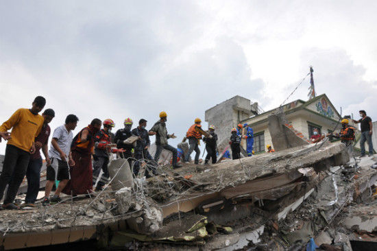 Chinese rescuers and local residents dig for survivors at an earthquake site in Katmandu of Nepal April 28, 2015.[Photo by Zhao Yanrong/chinadaily.com.cn]