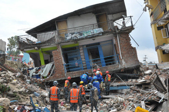 Chinese rescuers search for survivors at an earthquake site in Katmandu of Nepal April 28, 2015.[Photo by Zhao Yanrong/chinadaily.com.cn]