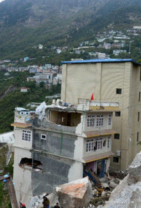Photo taken on April 28, 2015 shows the damaged buildings affected by Saturday's earthquake in neighboring Nepal, in Zham Town of Xigaze City, southwest China's Tibet Autonomous Region. Zham Town, one of the most seriously quake-hit areas in Tibet, has felt more than 20 aftershocks, which have caused landslides and avalanches. (Xinhua/Chogo)