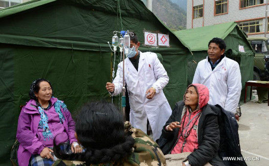 Locals injured during Saturday's earthquake in neighboring Nepal receive treatment in Zham Town of Xigaze City, southwest China's Tibet Autonomous Region. Zham Town, one of the most seriously quake-hit areas in Tibet, has felt more than 20 aftershocks, which have caused landslides and avalanches. (Xinhua/Chogo)