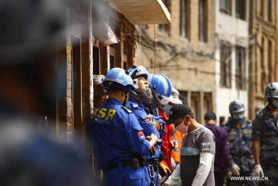 Chinese rescuers work in Sankhu on the outskirts of Kathmandu, Nepal, April 30, 2015. As a responsible global power and Nepal's neighbor, China responded immediately to Nepal's call after the magnitude-7.9 quake hit Nepal, leaving more than 5,000 people dead and many more still missing.[Photo/Xinhua]