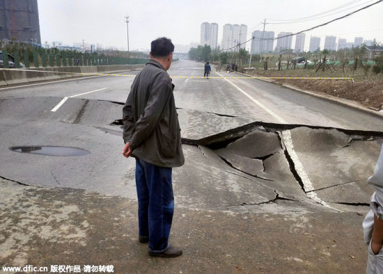 A 16 meter-long, 3 meter-wide and 1.5 meter-deep crater was seen on the Zhengmi Expressway in Zhengzhou, capital city of Henan province on May 2.