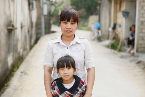 Huang Chunxiang, a Vietnamese bride, and her 9-year old daughter in Raoping county, Chaozhou of South China's Guangdong province on Mar 20, 2015. Huang has neither a Chinese marriage certificate nor a green card, so her daugther also does not have legal identification, which hampers her enrolling in school. [Photo/CFP]
