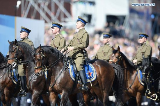 The Kremlin Cavalry Escort Battalion takes part in the military parade marking the 70th anniversary of the victory in the Great Patriotic War, in Moscow, Russia, May 9, 2015. (Xinhua/Jia Yuchen)