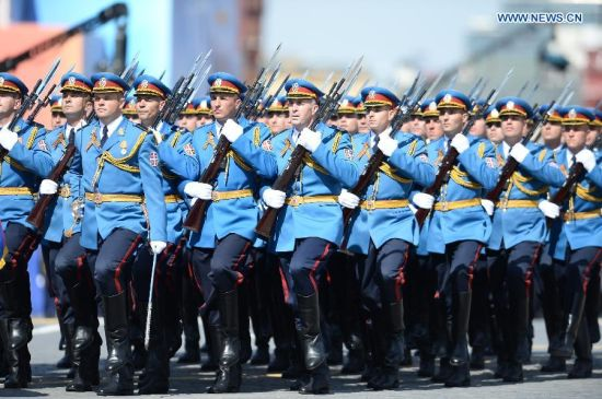 The Serbian Guards Unit takes part in the military parade marking the 70th anniversary of the victory in the Great Patriotic War, in Moscow, Russia, May 9, 2015. (Xinhua/Jia Yuchen)