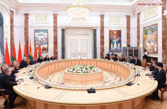 Chinese President Xi Jinping (4th R) meets with Belarusian President Alexander Lukashenko (4th L) in Minsk, capital of Belarus, May 10, 2015. Xi arrived here Sunday for a three-day state visit to Belarus, the first by a Chinese head of state in 14 years. (Xinhua/Xie Huanchi)