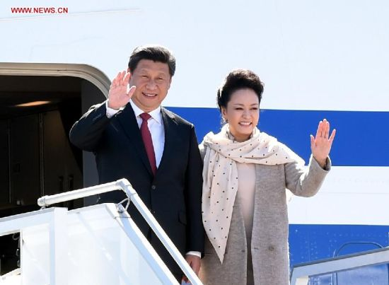Chinese President Xi Jinping (L) and his wife Peng Liyuan wave to people as they arrive in Minsk, capital of Belarus, May 10, 2015. Xi arrived here Sunday for a three-day state visit to Belarus, the first by a Chinese head of state in 14 years. (Xinhua/Xie Huanchi)