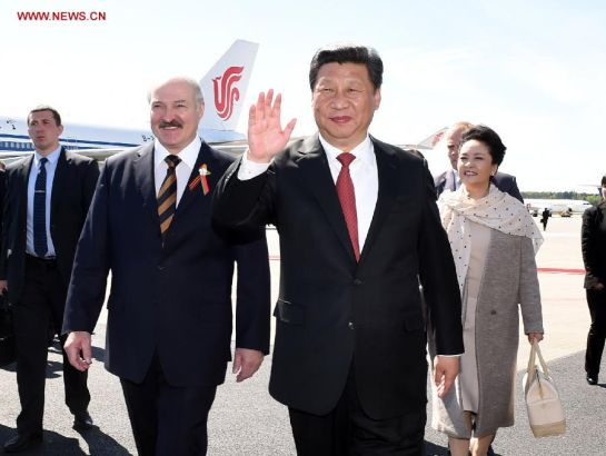 Chinese President Xi Jinping (2nd R) and his wife Peng Liyuan (R) are welcomed by Belarusian President Alexander Lukashenko (2nd L) at the airport in Minsk, capital of Belarus, May 10, 2015. Xi arrived here Sunday for a three-day state visit to Belarus, the first by a Chinese head of state in 14 years. (Xinhua/Rao Aimin)