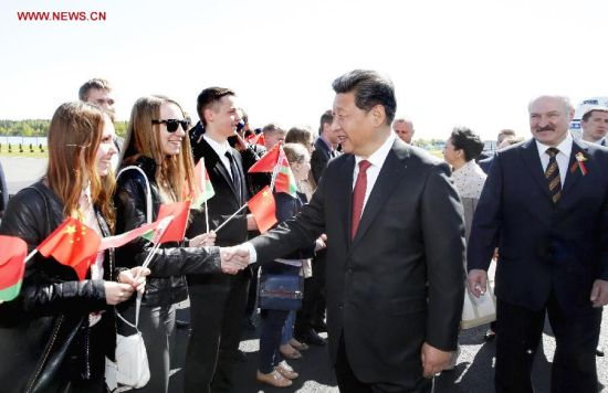 Chinese President Xi Jinping (C) and his wife Peng Liyuan (3rd R) are welcomed by Belarusian President Alexander Lukashenko (2nd R) and local youths upon their arrival in Minsk, capital of Belarus, May 10, 2015. Xi arrived here Sunday for a three-day state visit to Belarus, the first by a Chinese head of state in 14 years. (Xinhua/Ju Peng)