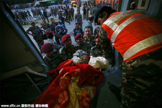 An injured person is moved on a stretcher at Kathmandu Airport after another powerful earthquake struck Nepal, in Kathmandu, May 12, 2015. [Photo/IC]