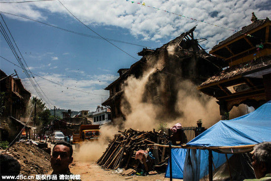 Dust coming out from a broken house during the devastating 7.3 magnitude earthquake at Sankhu, Nepal, May 12, 2015. [Photo/IC]