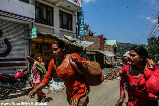People are running on fear to a safe place after the devastating 7.3 magnitude earthquake at Sankhu, Nepal,May 12, 2015. [Photo/IC]