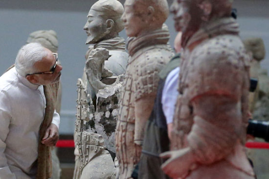 Indian Prime Minister Narendra Modi visits the terra-cotta warriors in Xi'an, Northwest China's Shaanxi province, May 14, 2015. [Photo by Feng Yongbin/Asianewsphoto]