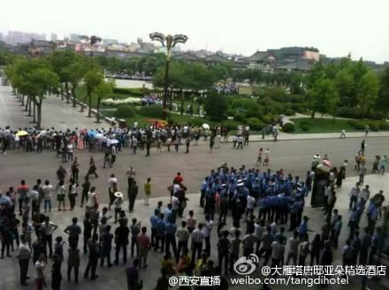 Entourage and security guards of President Xi Jinping were seen from a hotel room near the Shaanxi Guest House.