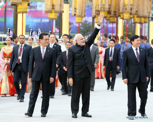 Indian Prime Minister Narendra Modi (C front) waves to local residents during a traditional Tang Dynasty (618-907) welcoming ceremony in Xi'an, capital of northwest China's Shaanxi Province, May 14, 2015. (Xinhua/Yao Dawei)