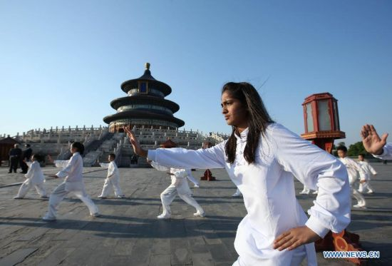 Premier Li Keqiang and Indian PM Narendra Modi attended a Taichi and Yoga show at the Temple of Heaven
