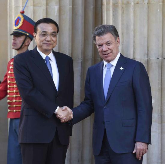 Premier Li Keqiang shakes hands with Colombian President Juan Manuel Santos. [Photo/Xinhua]
