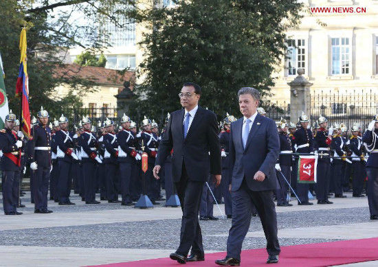 Chinese Premier Li Keqiang (L) attends a welcoming ceremony held by Colombian President Juan Manuel Santos (R) in Bogota, capital of Colombia, May 21, 2015. (Xinhua/Ding Lin)