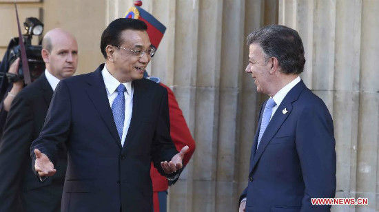 Chinese Premier Li Keqiang (L Front) talks with Colombian President Juan Manuel Santos before attending a welcoming ceremony held by Juan Manuel Santos in Bogota, capital of Colombia, May 21, 2015. (Xinhua/Zhang Duo)