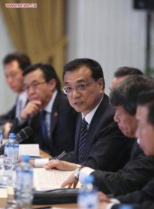 Chinese Premier Li Keqiang (C) speaks during a symposium on Chinese companies in Peru in Lima, capital of Peru, May 23, 2015. (Xinhua/Ding Lin)