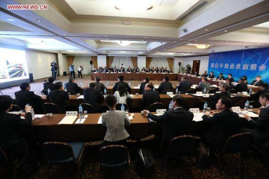 Chinese Premier Li Keqiang attends a symposium on Chinese companies in Peru in Lima, capital of Peru, May 23, 2015. (Xinhua/Liu Weibing)