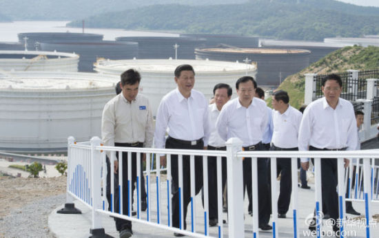 Xi tours the Zhoushan National Oil Reserve Base