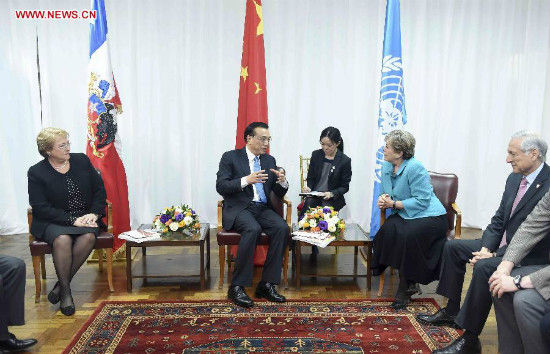 Chinese Premier Li Keqiang (back, 2nd R) meets with Alicia Barcena, executive secretary of the Economic Commission for Latin America and the Caribbean (ECLAC), in Santiago, Chile, May 25, 2015. Chilean President Michelle Bachelet (1st L) attended the meeting. (Xinhua/Zhang Duo)
