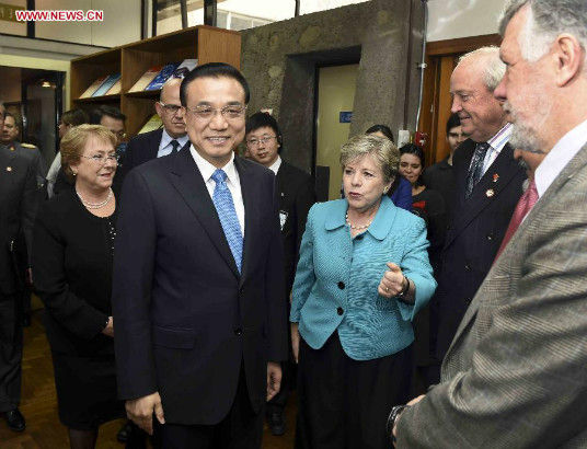 Chinese Premier Li Keqiang (L, front) meets with Alicia Barcena, executive secretary of the United Nations Economic Commission for Latin America and the Caribbean (ECLAC), in Santiago, Chile, May 25, 2015. Chilean President Michelle Bachelet (1st L) attended the meeting. (Xinhua/Zhang Duo)