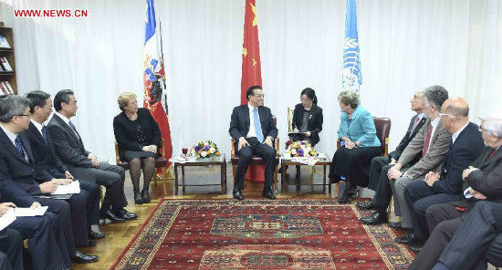 Chinese Premier Li Keqiang (back, C) meets with Alicia Barcena, executive secretary of the United Nations Economic Commission for Latin America and the Caribbean (ECLAC), in Santiago, Chile, May 25, 2015. Chilean President Michelle Bachelet (back, L) attended the meeting. (Xinhua/Zhang Duo)