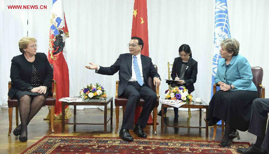 Chinese Premier Li Keqiang (C) meets with Alicia Barcena (R), executive secretary of the United Nations Economic Commission for Latin America and the Caribbean (ECLAC), in Santiago, Chile, May 25, 2015. Chilean President Michelle Bachelet (L) attended the meeting. (Xinhua/Zhang Duo)