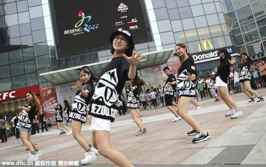 A flash mob event is held to promote Beijing's Winter Olympics bid, July 26, 2015. [Photo/IC]