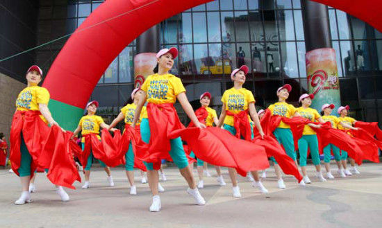 A Winter Olympics-themed square dancing competition is held in Zhangjiakou, Hebei province, June 12, 2015. [Photo/Xinhua]