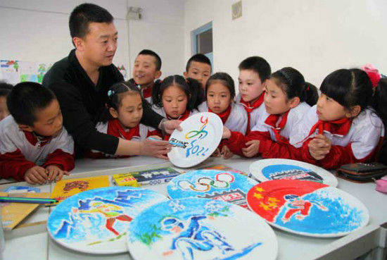 Primary school students learn how to draw Winter Olympics themes on plates in Zhangjiakou, Hebei province, March 4, 2015. [Photo/Xinhua]