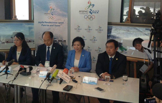 (From left to right) Gui Lin, director of facility planning on the Beijing Winter Olympic Games Committee, Wang Xiaotao, vice-chairman of the National Development and Reform Commission, environmental expert Song Qiang, vand Wang Hui, a Beijing bid spokeswoman, attend a press conference in Kuala Lumpur, Malaysia on July 28, 2015. [Photo by Sun Xiaochen/chinadaily.com.cn]