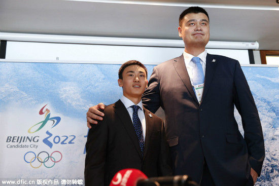 Song Andong, left, Chinese ice hockey player, poses with Yao Ming, right, retired Chinese professional basketball player, during a press conference for Beijing 2022 Olympic bid in Kuala Lumpur, Malaysia, Wednesday, July 29, 2015. [Photo/IC]