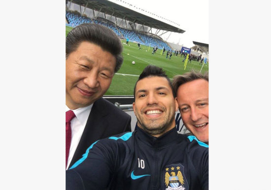 President Xi poses for a selfie with his British counterpart David Cameron and Manchester City player Sergio Kun Aguero (C), during his visit to Manchester City Football Club Oct 23, 2015. [Photo/Manchester City FC Twitter account]