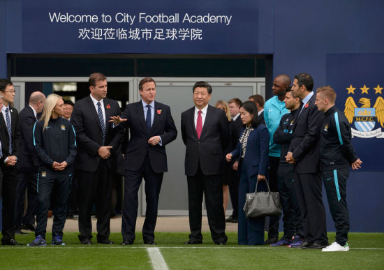 Britain's Prime Minister David Cameron stands with President Xi Jinping during a visit to the City Football Academy in Manchester, Britain Oct 23, 2015. [Photo/Agencies]