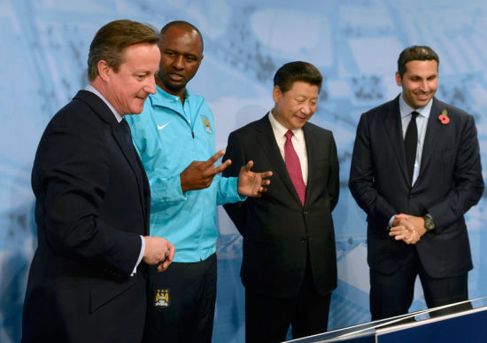 Britain's Prime Minister David Cameron stands with President Xi Jinping and Manchester City Chairman Khaldoon Al Mubarak during a visit to the City Football Academy in Manchester, Britain Oct 23, 2015. [Photo/Agencies]