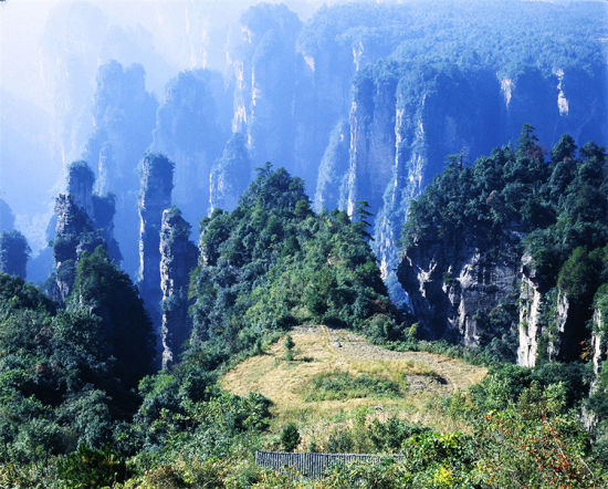 A courtyard in the sky at Zhangjiajie National Forest Park. [Photo by Shao Bailin/photoint.net]