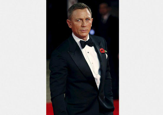 Daniel Craig poses for photographers as he attends the world premiere of the new James Bond 007 film Spectre at the Royal Albert Hall in London, Britain, Oct 26, 2015. [Photo/Agencies]