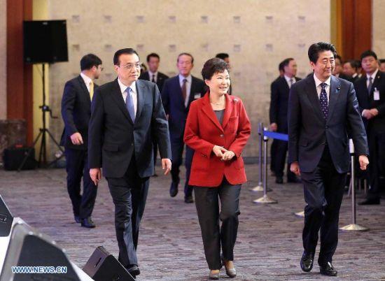 Chinese Premier Li Keqiang (L), Japanese Prime Minister Shinzo Abe (R) and South Korean President Park Geun-hye attend the 5th Korea-Japan-China Business Summit in Seoul, South Korea, Nov. 1, 2015. (Xinhua/Liu Weibing)