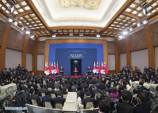 Chinese Premier Li Keqiang, Japanese Prime Minister Shinzo Abe and South Korean President Park Geun-hye attend a press conference after the sixth China-Japan-South Korea leaders' meeting in the South Korean capital of Seoul, Nov. 1, 2015. (Xinhua/Wang Ye)